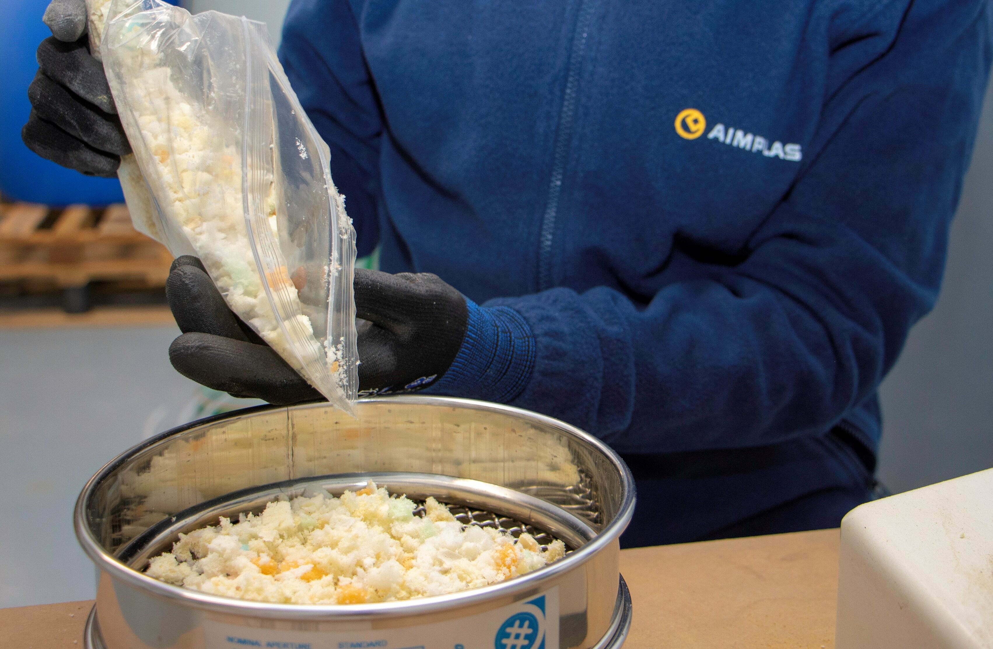 Chemical recycling to allow recovering polyurethane from landfills to use it as raw material